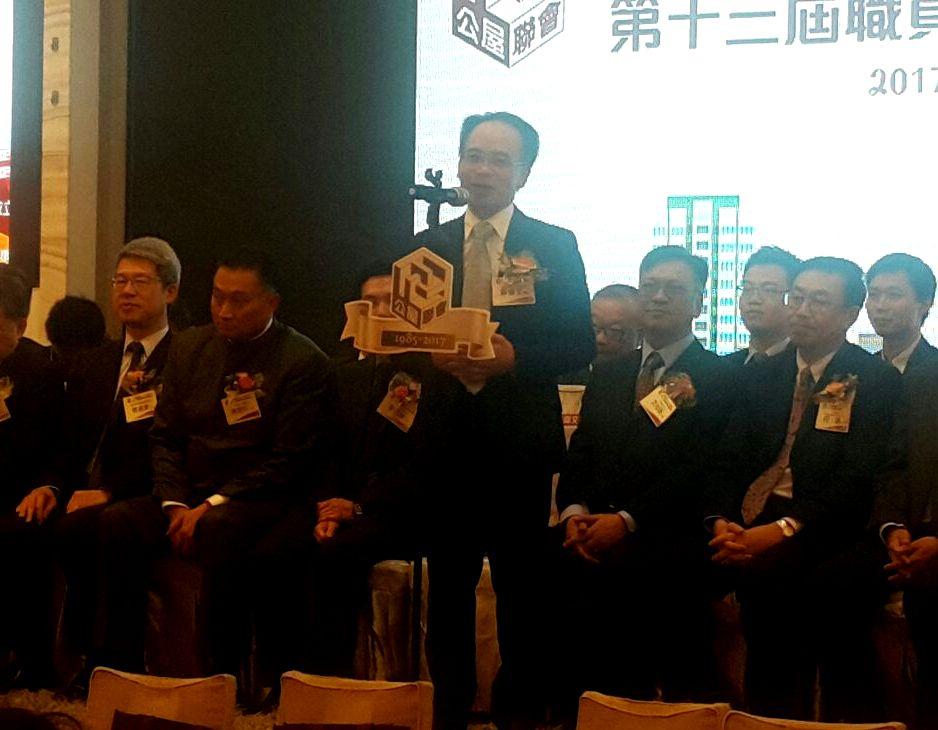 蘇偉文晚上出席公屋聯會晚宴時表示,希望社會支持政府的覓地工作