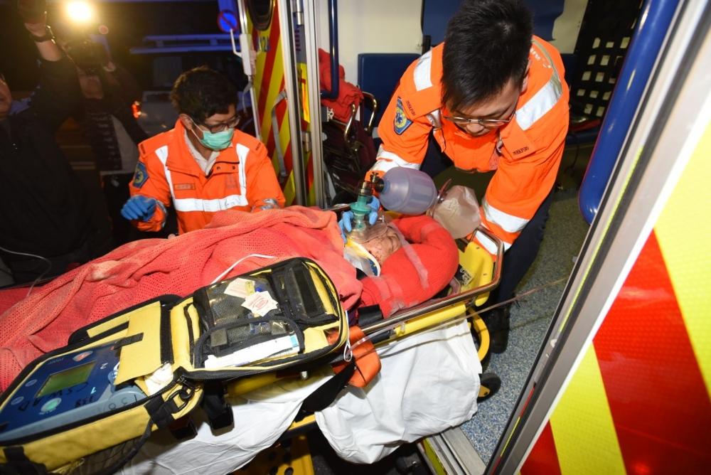 六旬婦旺角五樓墮下, 雙腿骨折昏迷。