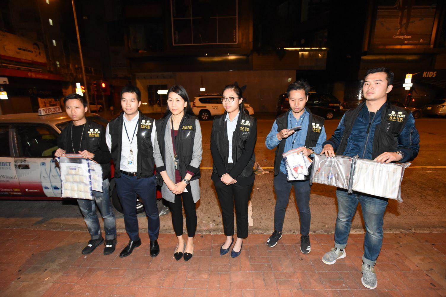 港島總區刑事女總督察黃冰冰(左三)。