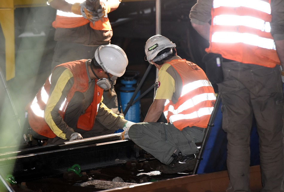 港鐵工程人員昨晚收車後更換路軌。