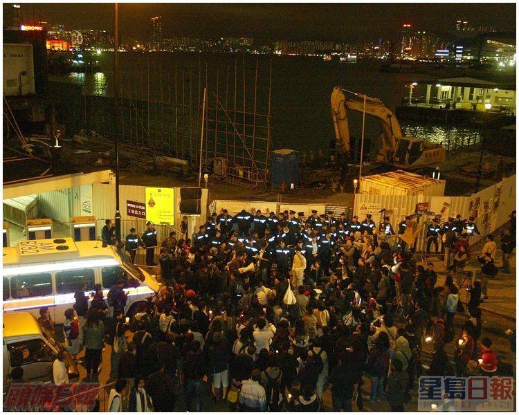 示威者與警方對峙。資料圖片