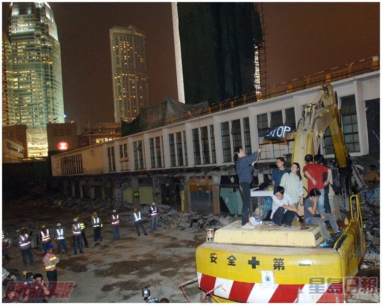 有市民佔據工程車,圖阻止拆卸行動。資料圖片