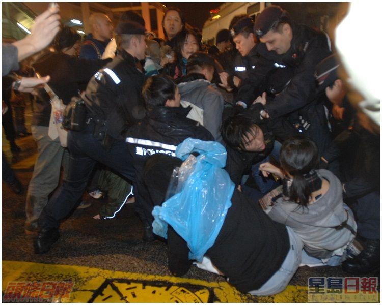 示威者與警員推撞,場面一度混亂。資料圖片