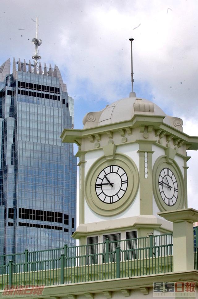 現時的中環碼頭設有一個仿古電子鐘。資料圖片