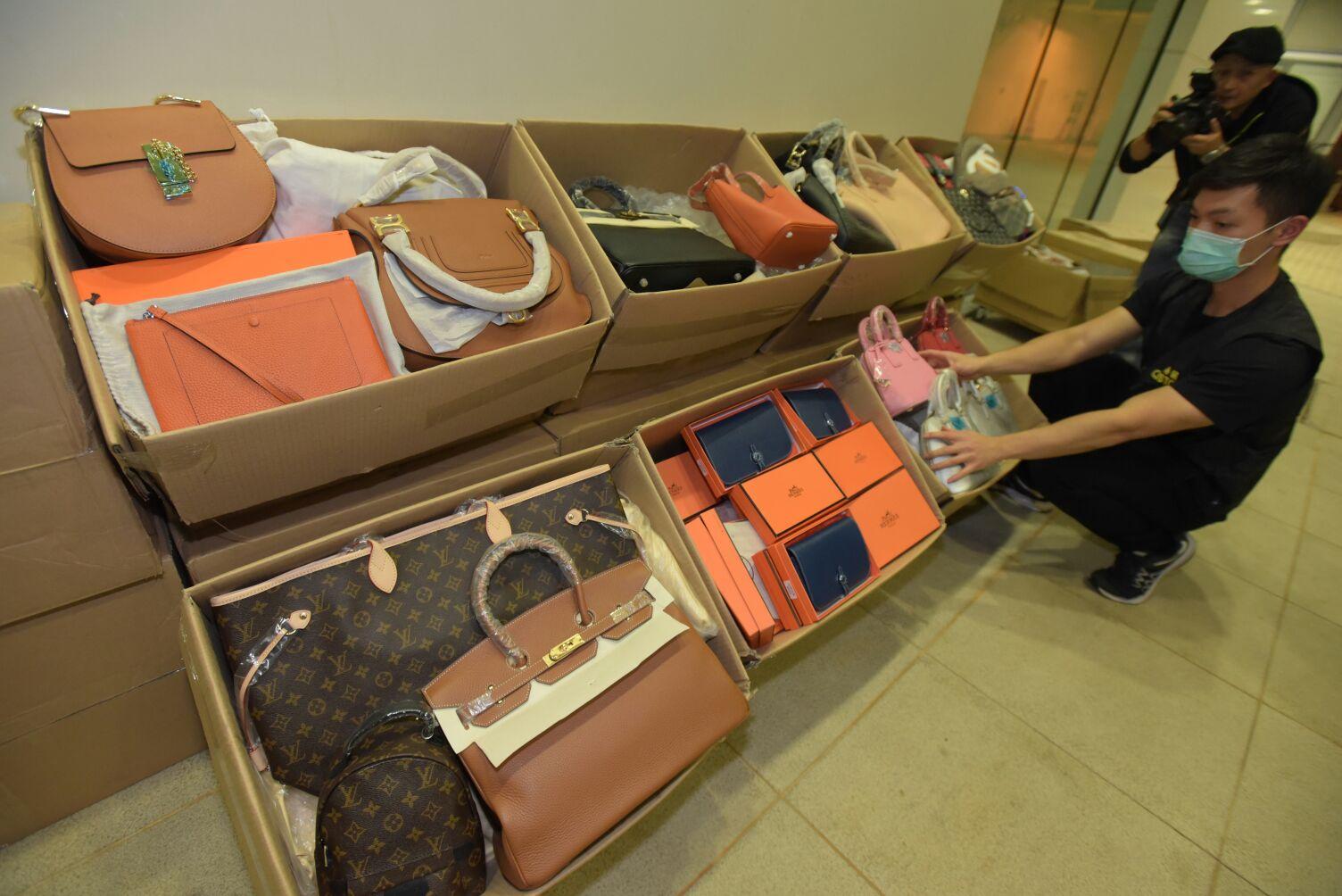 海關人員共檢獲約3000件懷疑冒牌物品。黃文威攝