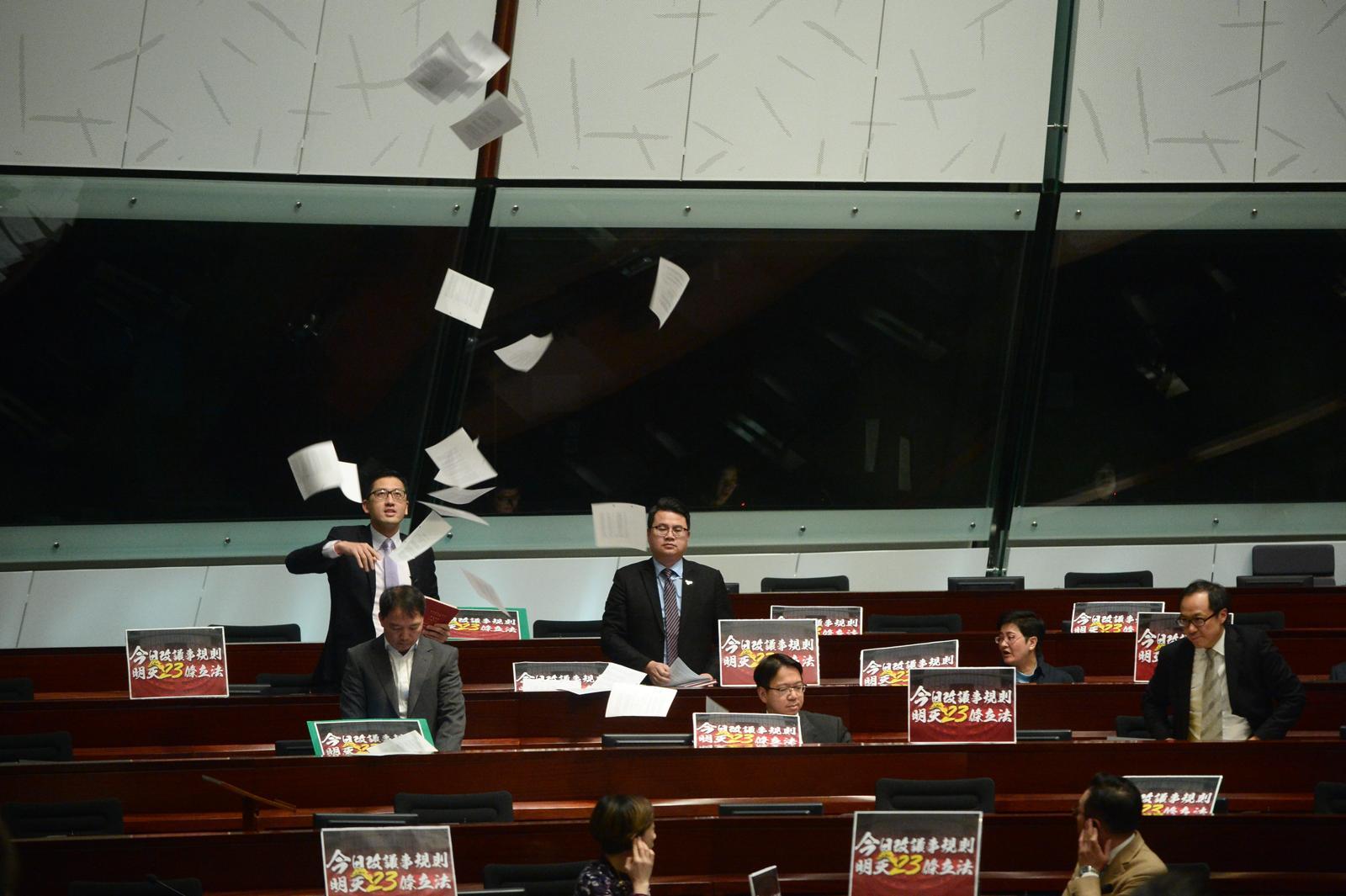 表決前在席的民主派議員抗議。