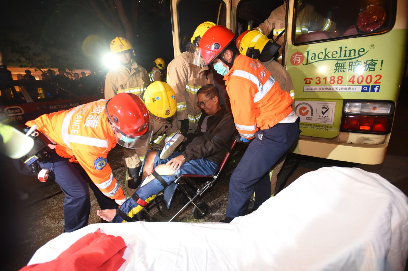 意外中共14人受傷。