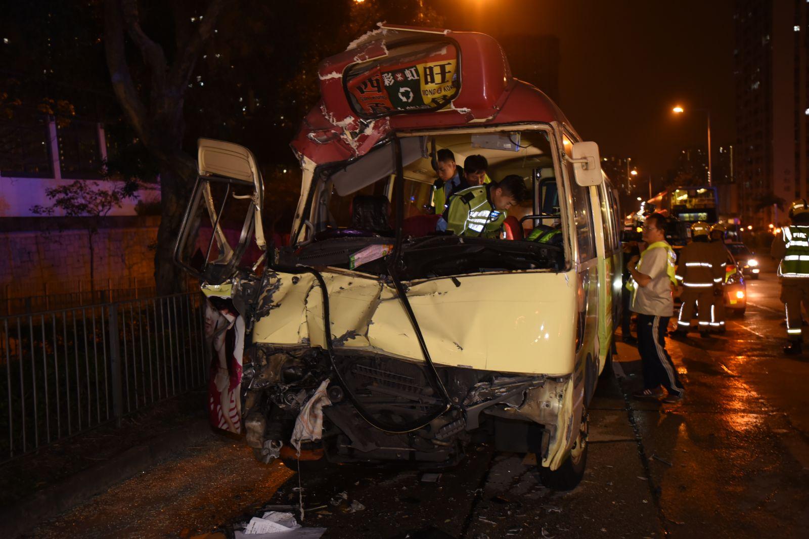 小巴車頭嚴重損毀。