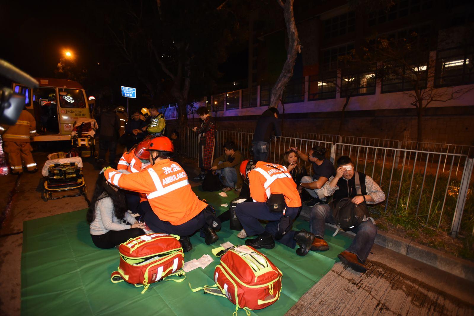 救護員到場治理傷者。
