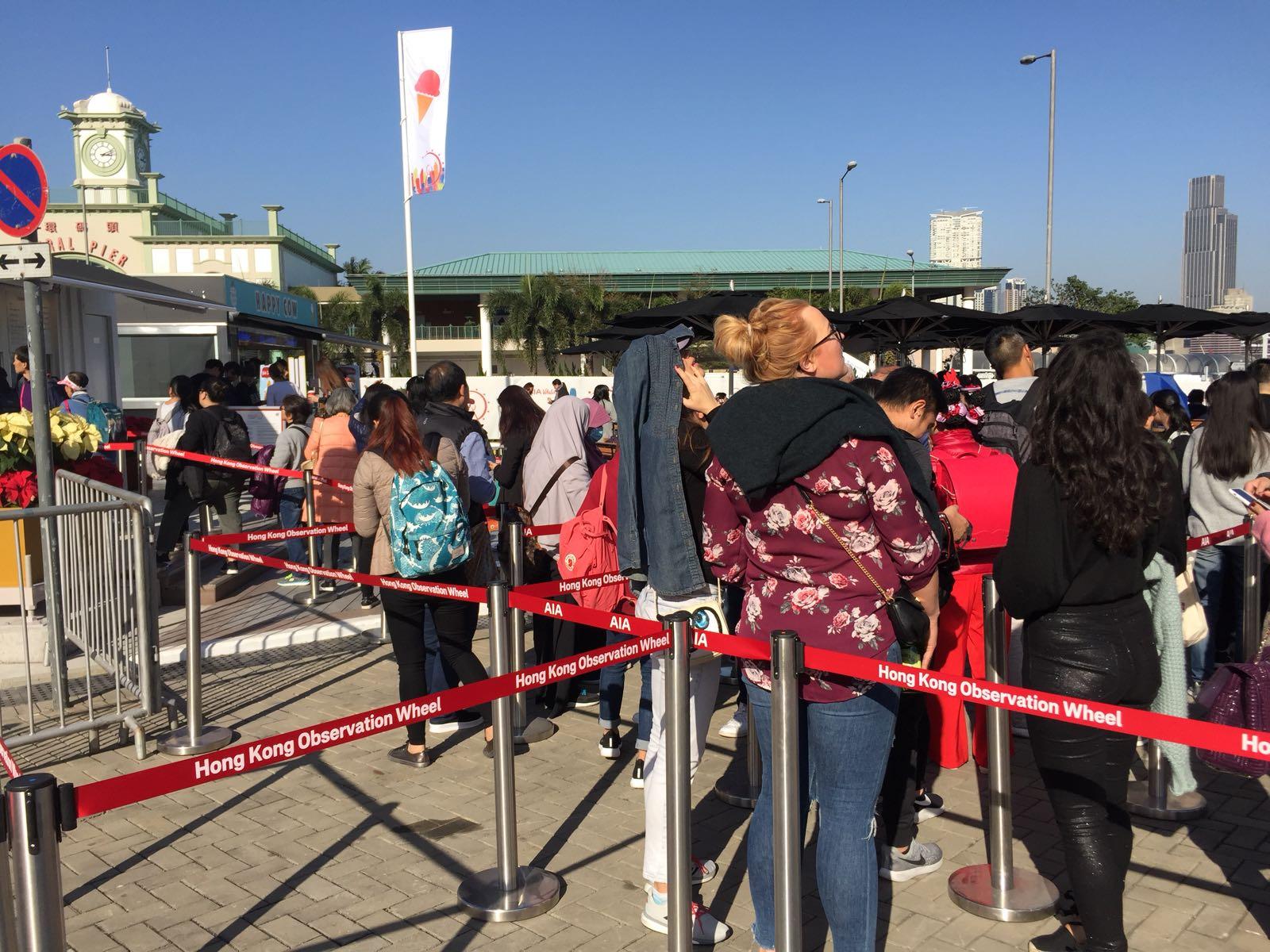 至下午3時售票處仍有約100人排隊。