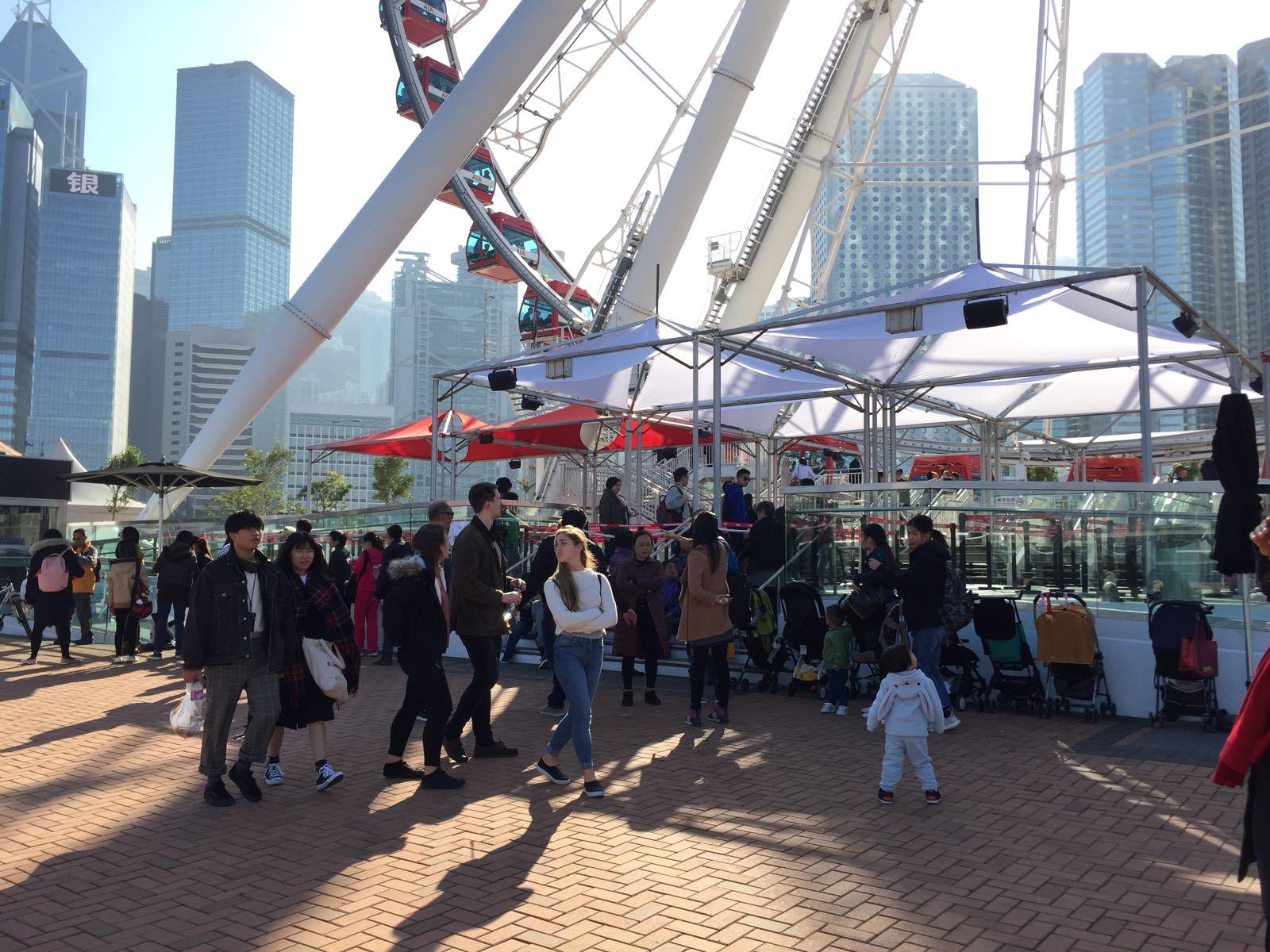 有港人專程帶同家人到場乘搭。