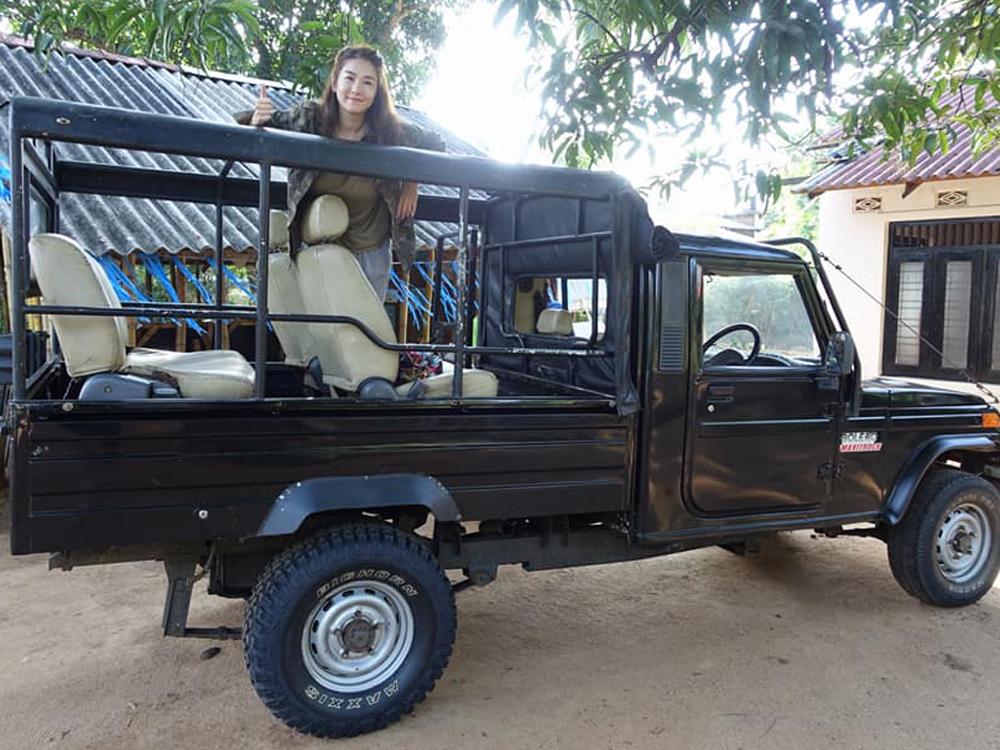 梁雪湄坐這輛吉普車睇大象。