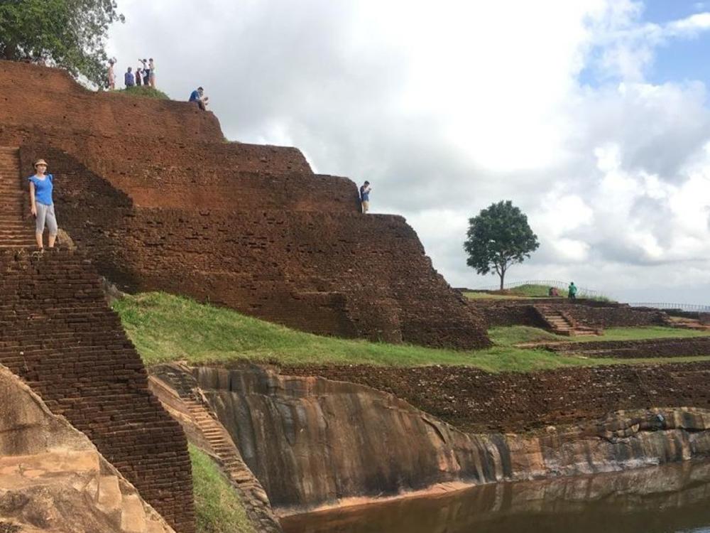 梁雪湄到了當地著名旅遊點獅子岩遊覽。