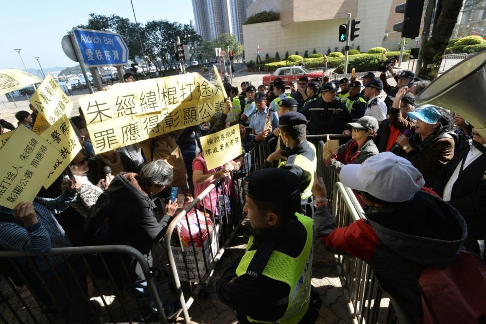 東區裁判法院外有朱經緯支持者集會。
