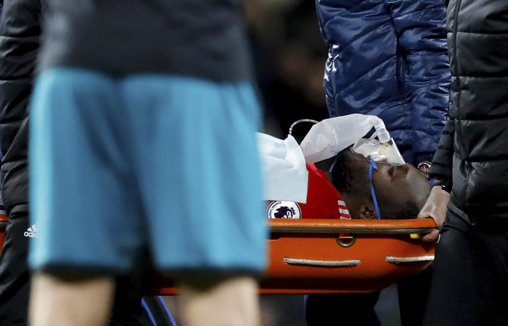 曼聯前鋒盧卡古爭頂頭槌時受傷。AP