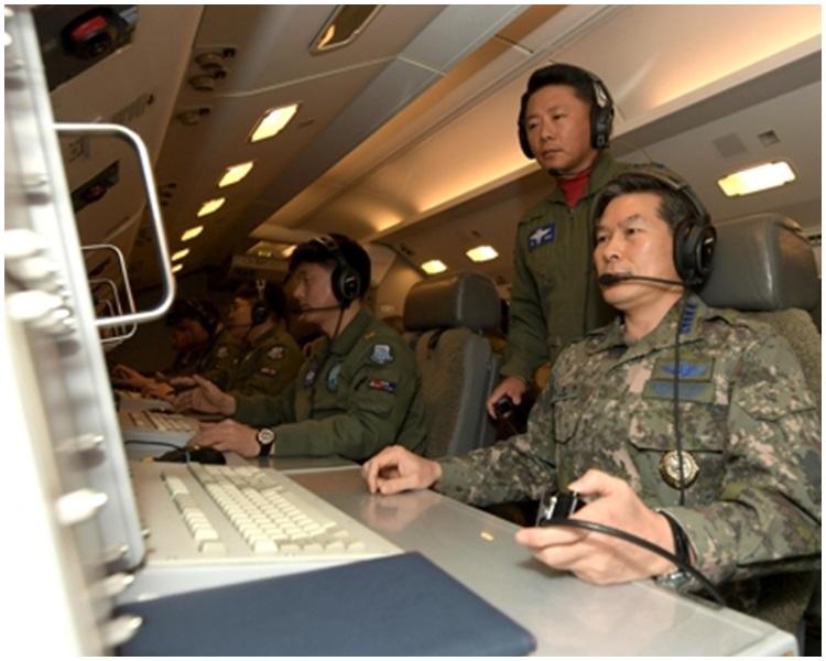 鄭景斗乘坐E-737「和平之眼」預警機進行作戰指揮飛行。網上圖片