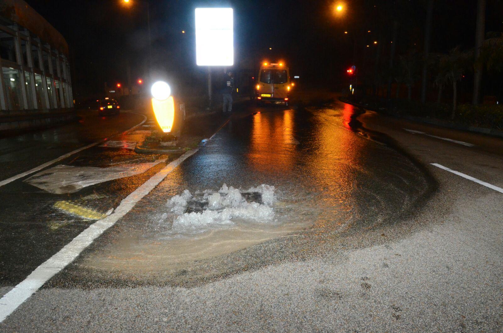 秀茂坪道往順利邨方向凌晨地底發生爆水管。蔡楚輝攝