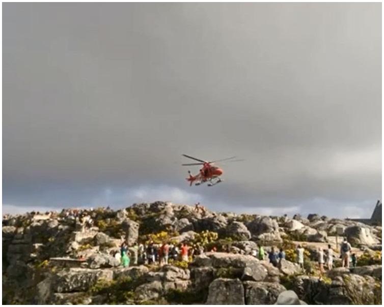 當局出動直升機救援。