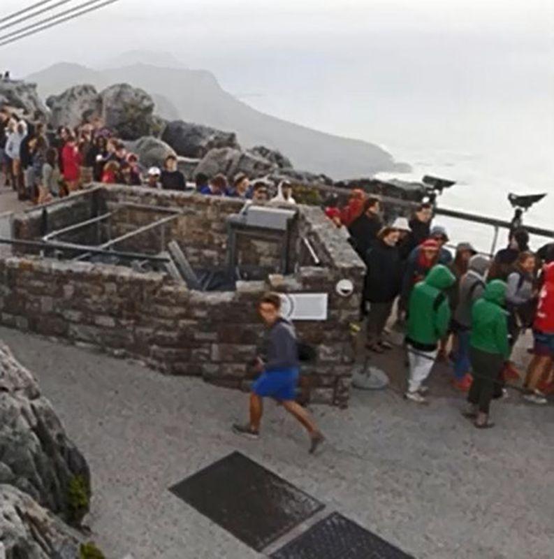 多達800名遊客滯留山頂。