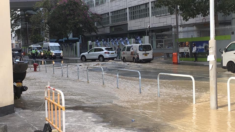 九龍灣大業街爆水管。Wing Kei Lee 圖片