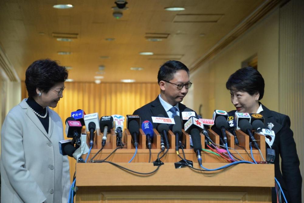 林鄭月娥(左)有信心鄭若驊能勝任律政司司長的職務。
