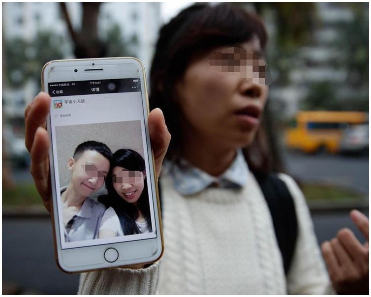 孩子可爱亲脸照片