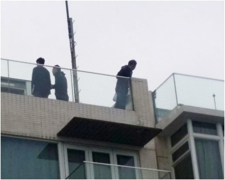 今午有相信是測量員的人士在大宅天台視察。