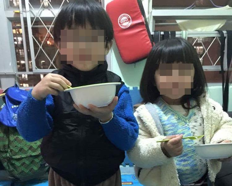 死者胞兄(左)其後被送院檢驗,發現胞兄亦有被虐打的傷痕。網上圖片