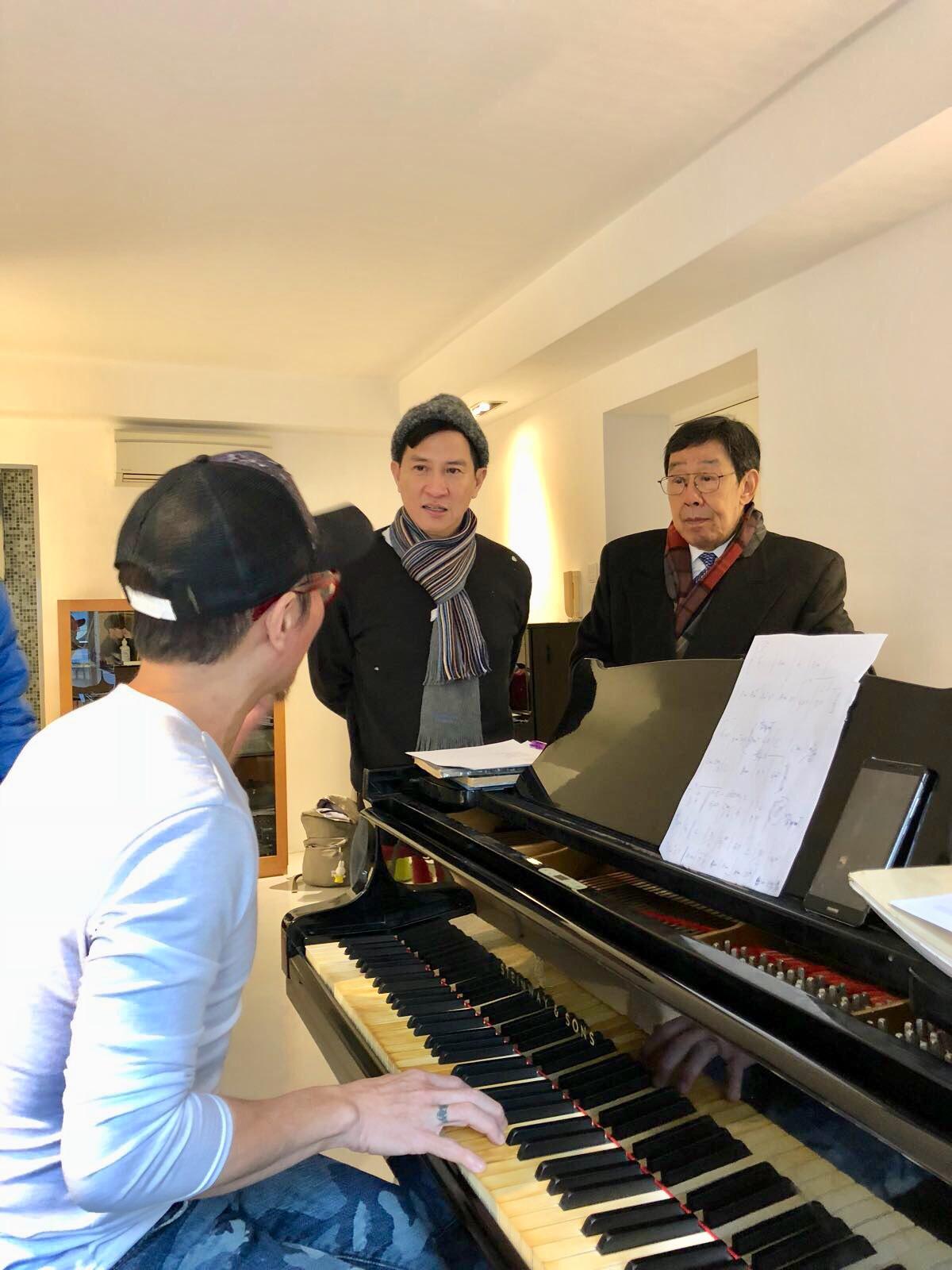 修哥演唱會的舞衣由大師陳華國設計,音樂就交給契仔周啟生負責。