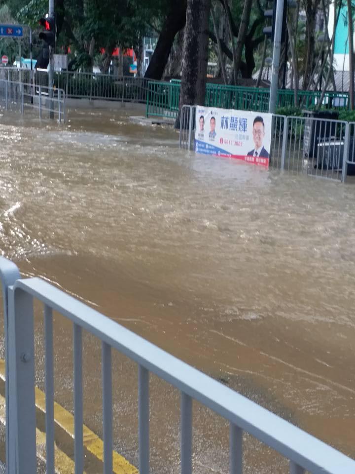 大窩口國瑞路爆水管。網民Lai Yung Lee 圖片