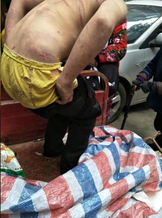 民工拿了衣服給他穿着。