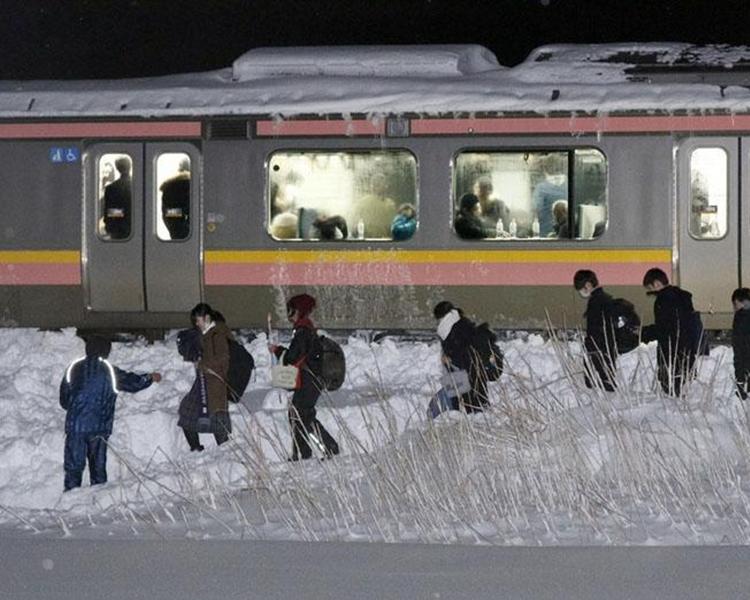 有部分乘客在早上步行離開車廂。