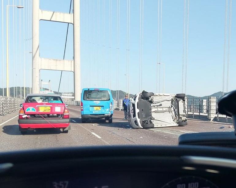 私家車與客貨車相撞,網民Magic-k Wong圖片