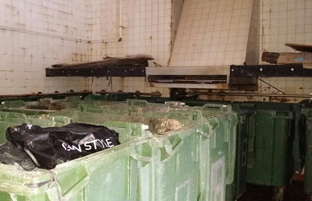 警方在牛頭角彩霞邨彩星樓垃圾房發現一具嬰屍