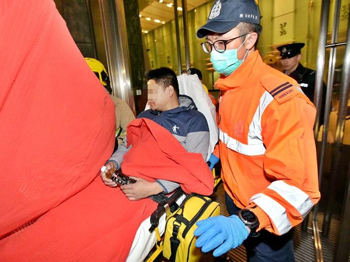 在長江中心與警員對峙的男子,終被制服送院。黃文威攝