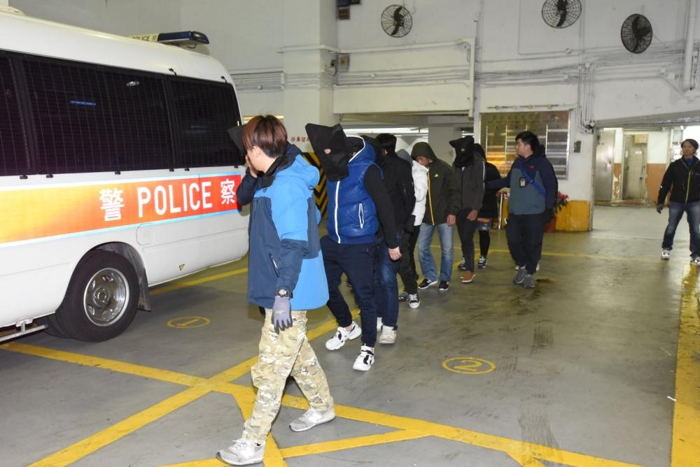 行動中拘捕8名男女。