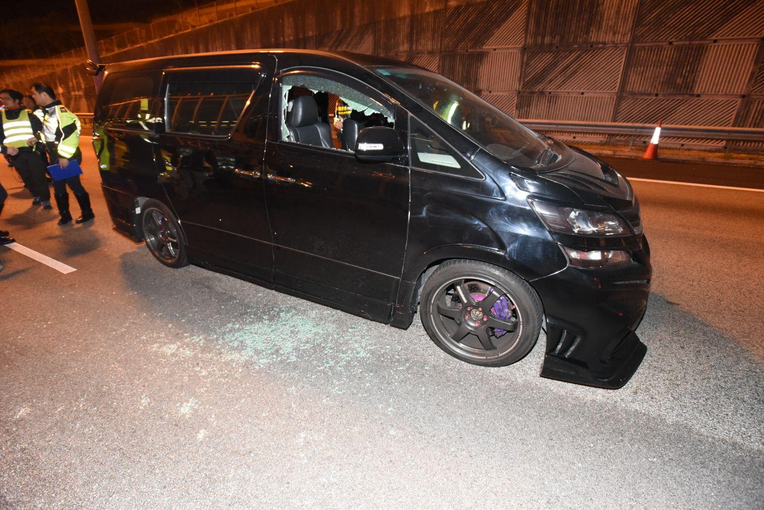 涉案七人車司機位玻璃車窗碎裂。
