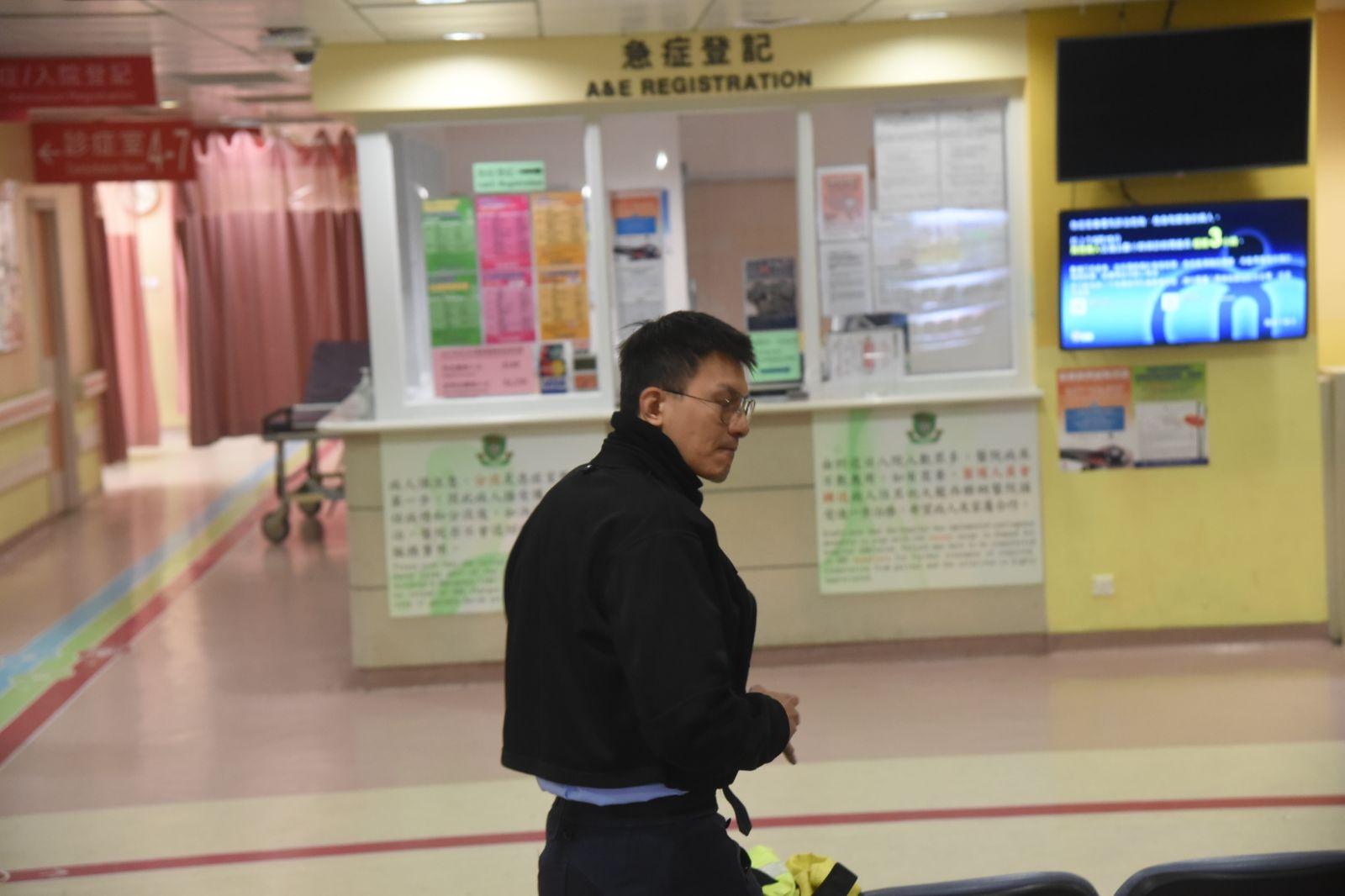 受傷警員送院治理。