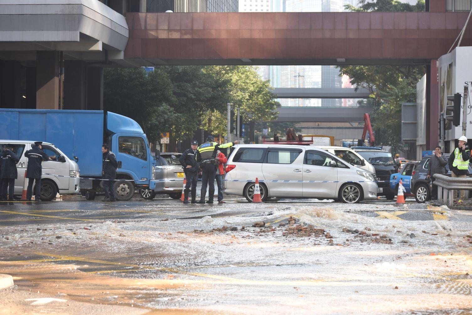 爆水管引致約10米x8米大的路面下陷。