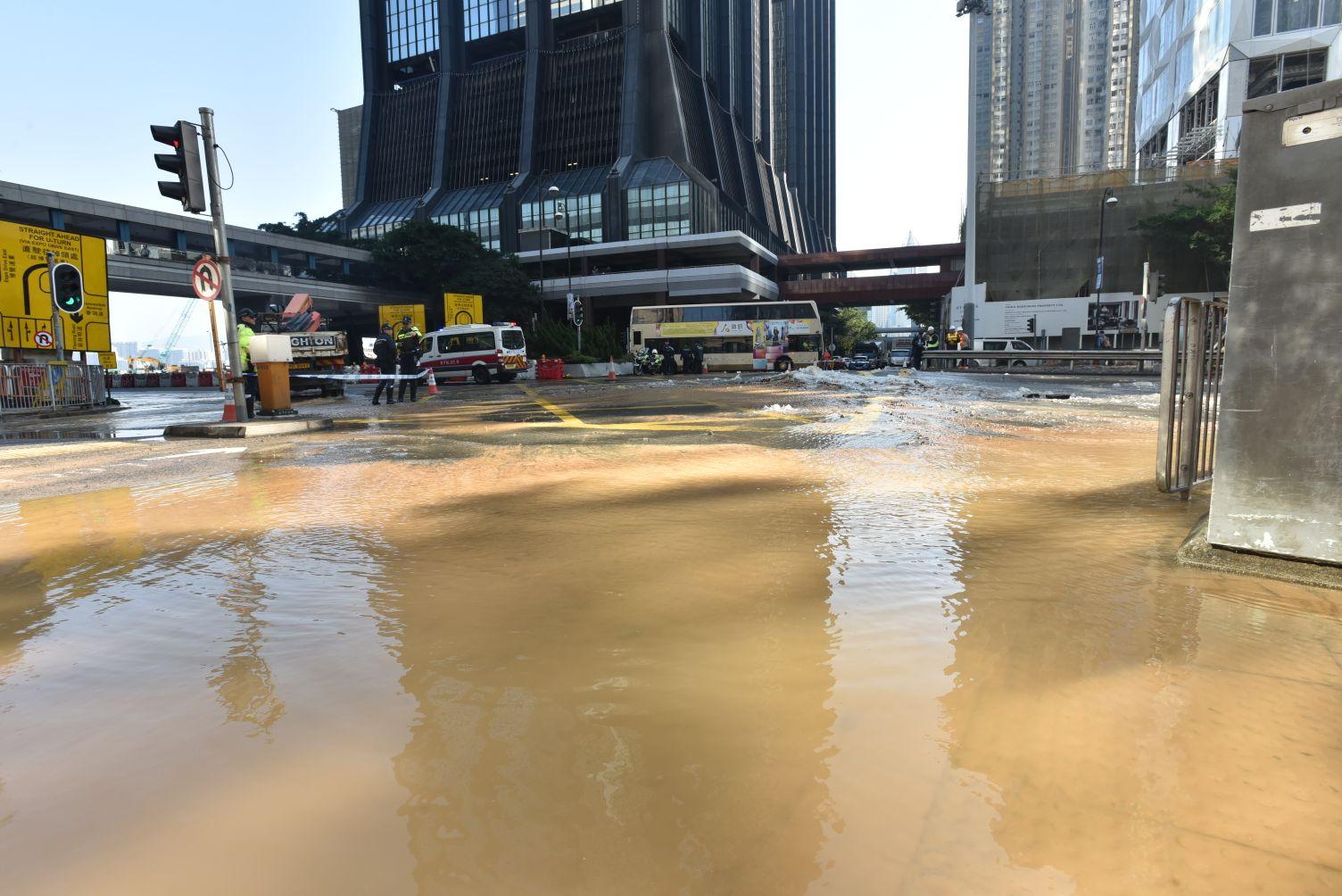 港灣道菲林明道爆水管。