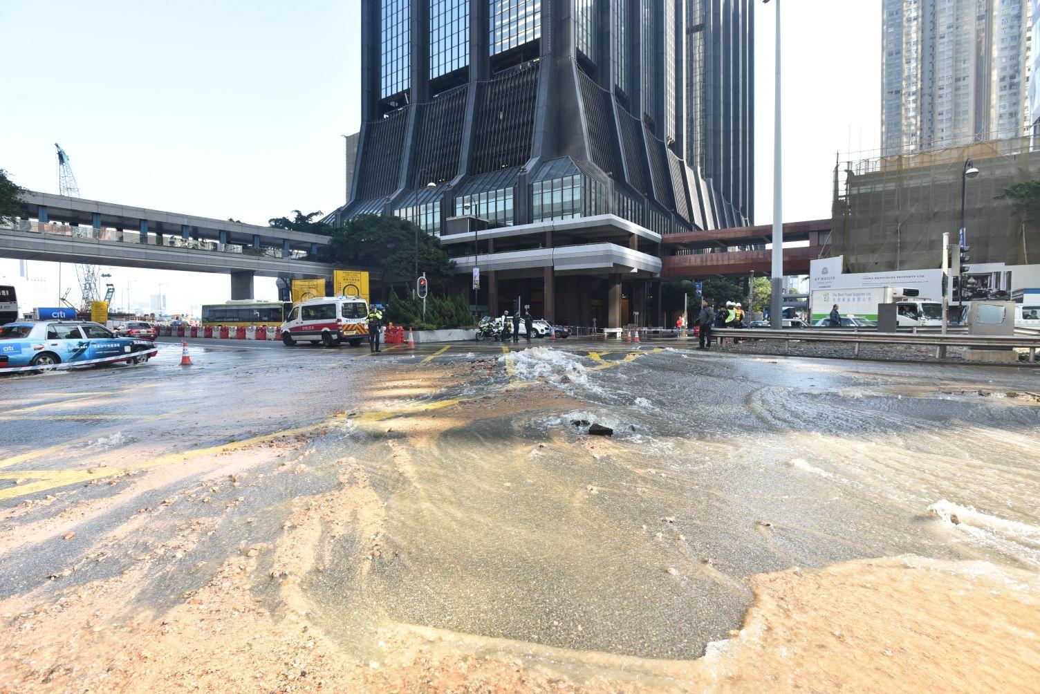 菲林明道天橋北行近華潤大廈的唯一行車線現已封閉。