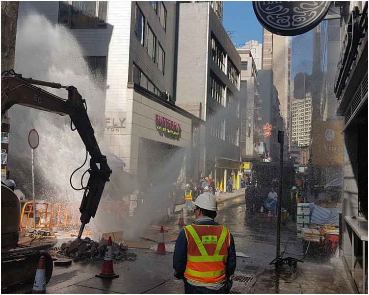 水柱射向兩旁大廈。讀者提供