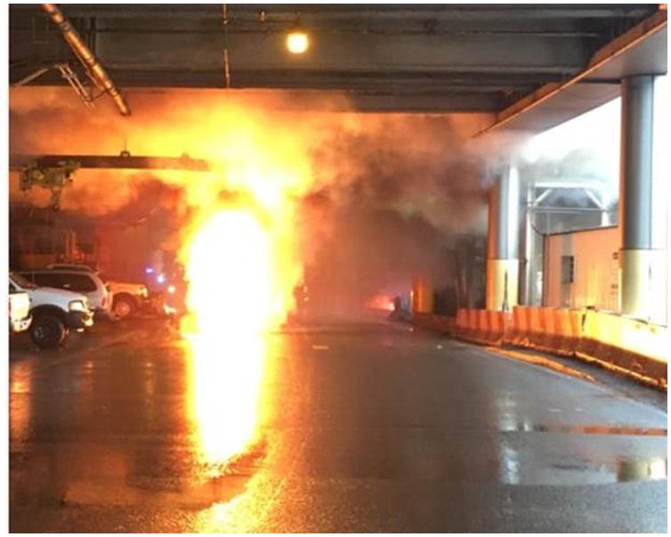 一個變電箱突然起火爆炸。Twitter圖片
