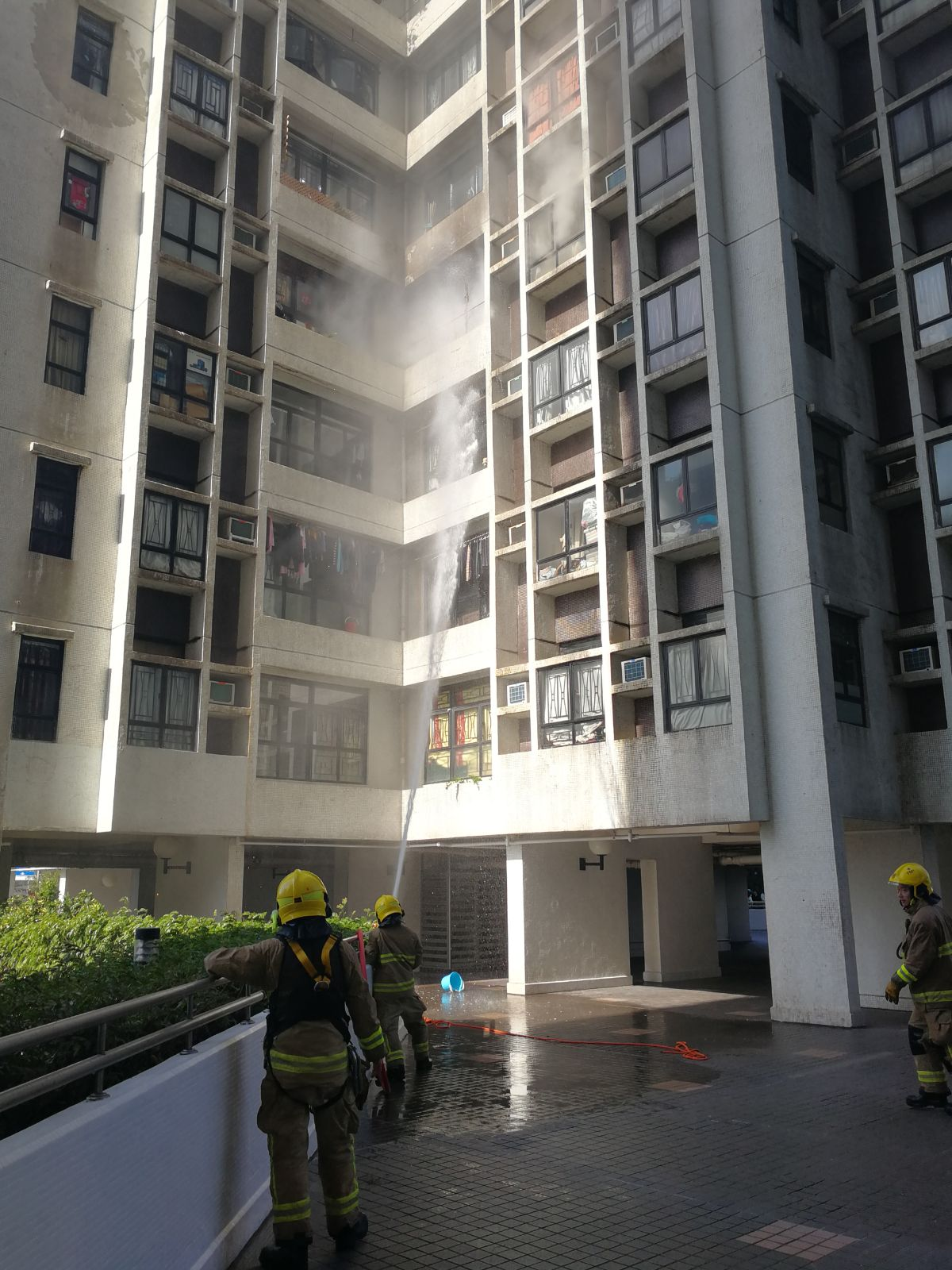 消防到場灌救。梁國峰攝