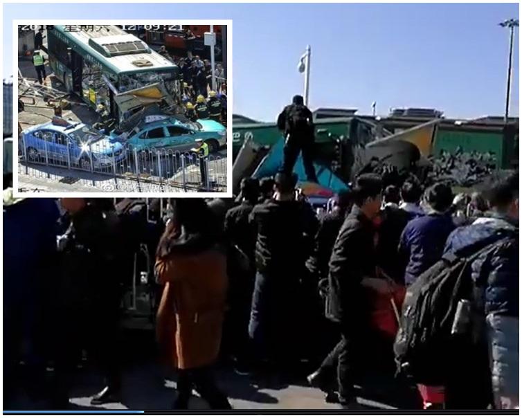 涉事巴士撞上4輛的士。網圖; 片段截圖