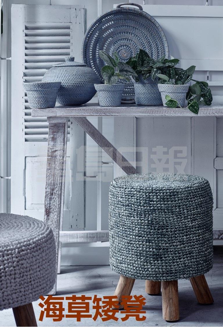 Rafia矮凳由拉菲草及海草等天然纖維,配合人手編織而成,絨質座墊,下面的木製凳腳則輕微向外傾,設計簡約,方便配搭各類型的室內風格,並備有白色、自然色、藍灰色及各種大小選擇,可作座椅或腳凳之用。