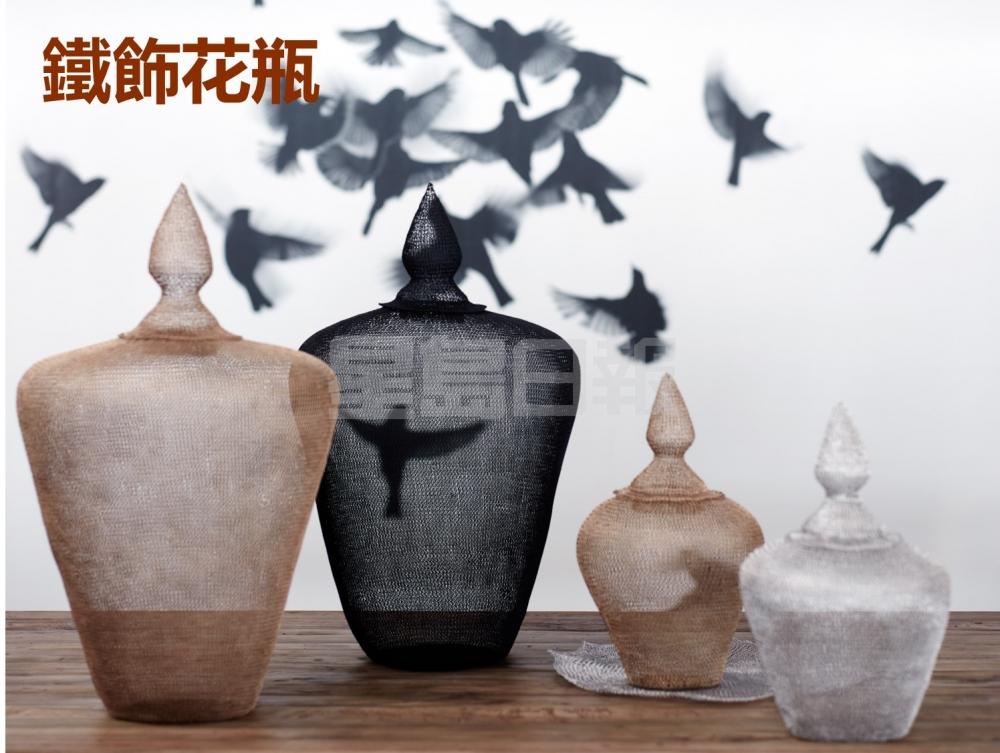 TREE亦推出這款鐵飾花瓶,由印尼工匠人手織成網狀,金屬網雖然密密麻麻,但通透具藝術感,適用於配襯各種自然木材表面。