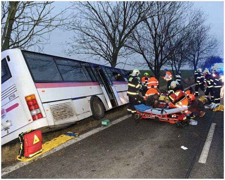 涉事巴士車身滑落泥坡傾側。網圖