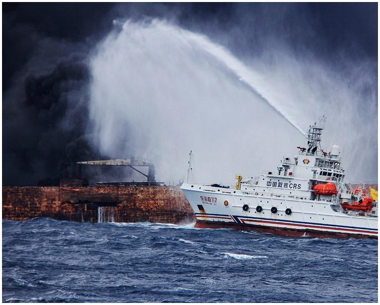 救援人員登上運油輪甲板上,發現兩具遺體。