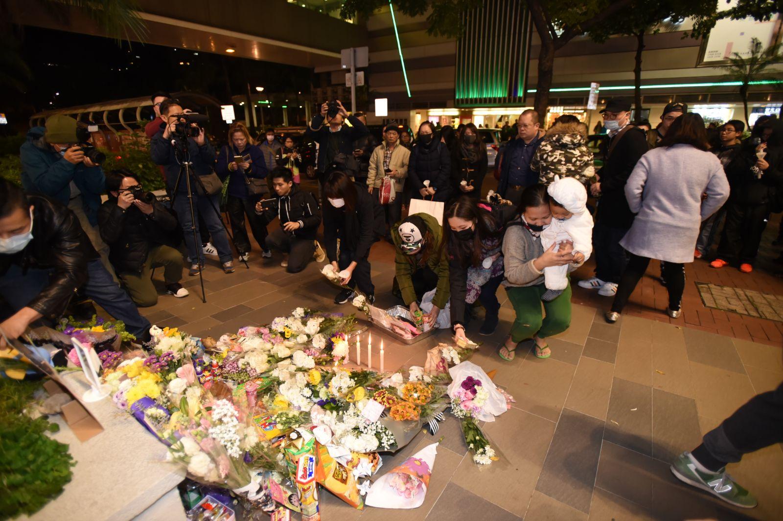 有市民在屯門舉行追悼會,大批市民到場獻花。